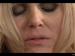 Julia Ann and Samantha Ryan face sit and do vulva slurp