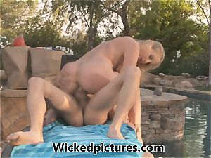 gorgeous mom Julia Ann tempts the delivery dude