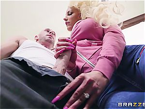 blond ditzy gets immovable by the young gardener
